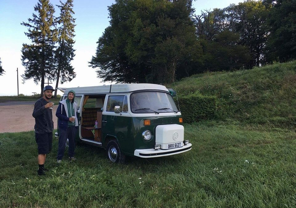 Au vert dans un combi t2 dans la campagne de Lyon